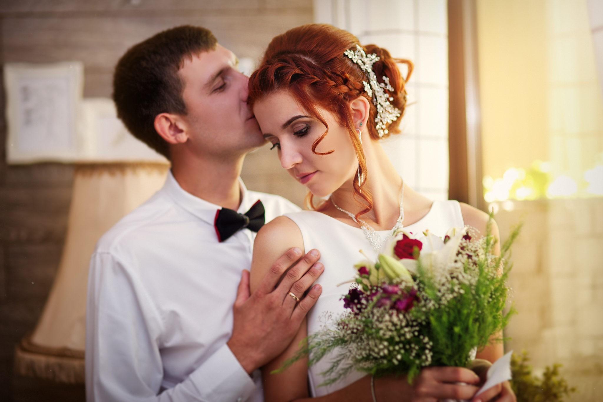 Свадебная съемка с от свадебного фотографа молодожены в кафе