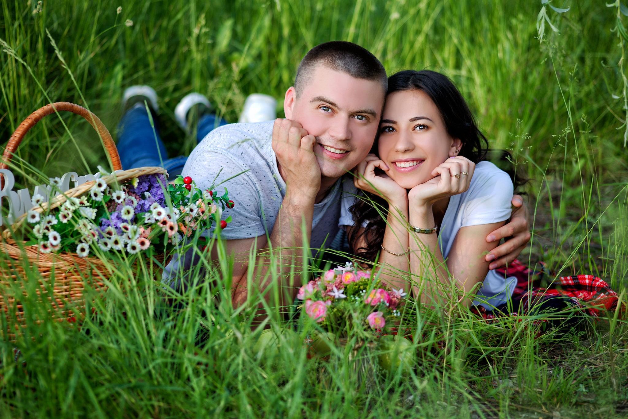 Предсвадебная фотосъемка от свадебного фотографа в парковой зоне