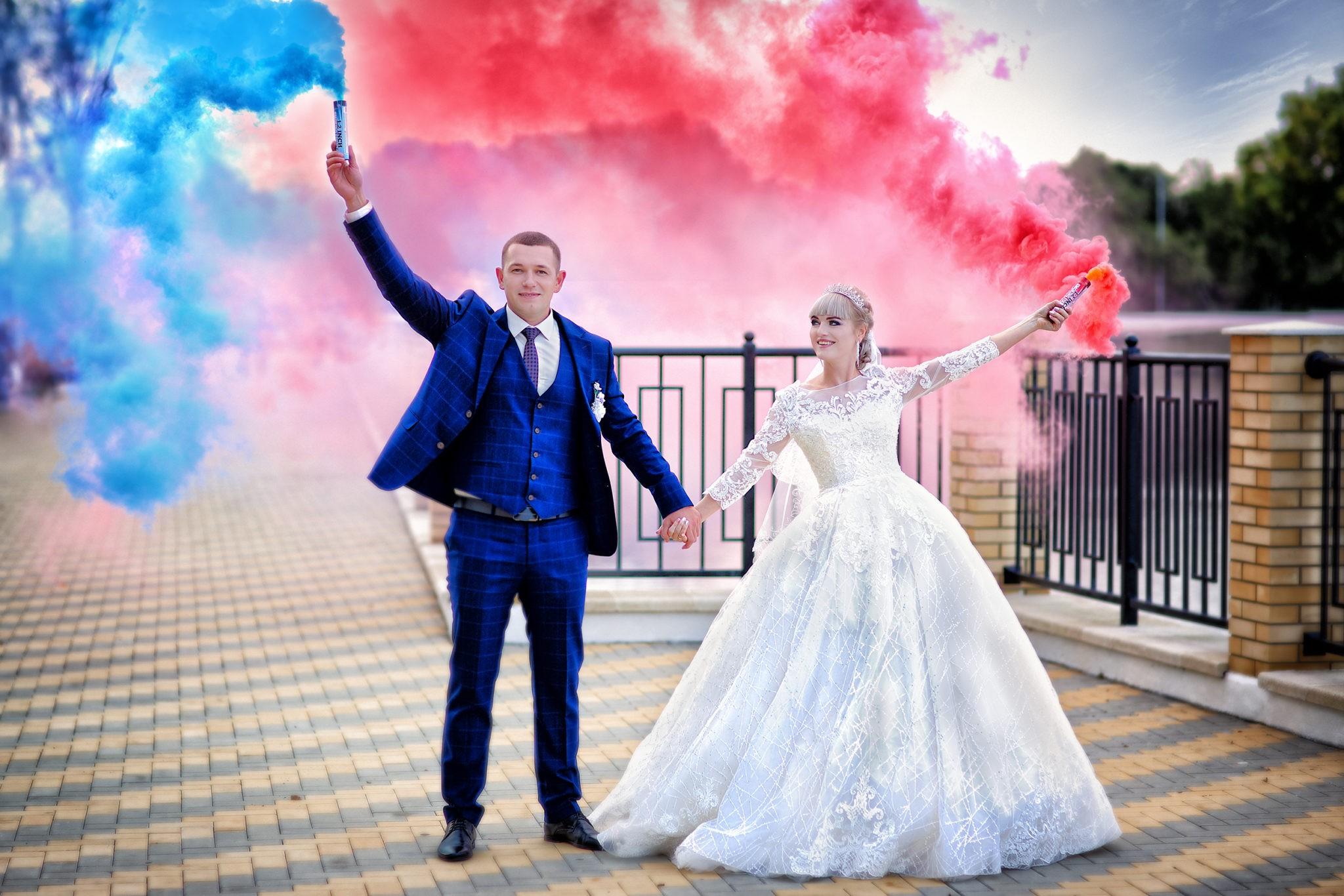 Съемка от свадебного фотографа: прогулка молодых, набережная, цветной дым на свадьбе