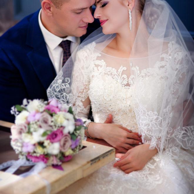 Съемка от свадебного фотографа: молодожены в ресторане