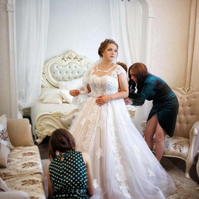 Утро невесты, сборы невесты, съемка в ст. Выселки от свадебного фотографа: сборы невесты, подружки невесты