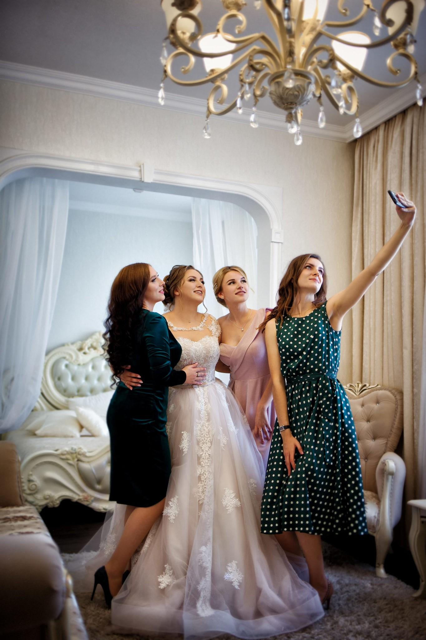 Съемка в ст. Выселки от свадебного фотографа: сборы невесты, подружки невесты