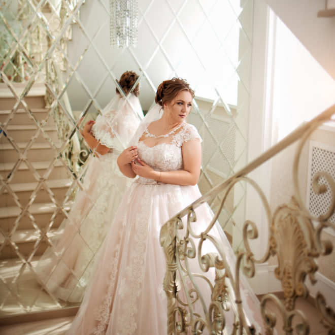 Съемка в ст. Выселки от свадебного фотографа: невеста в ожидании жениха