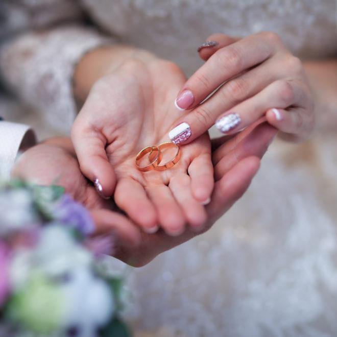 Съемка от свадебного фотографа: кольца крупный план
