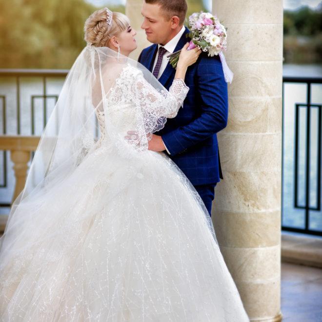 Съемка от свадебного фотографа: прогулка невеста и жених