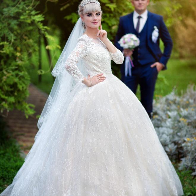 Съемка от свадебного фотографа: прогулка жениха и невесты