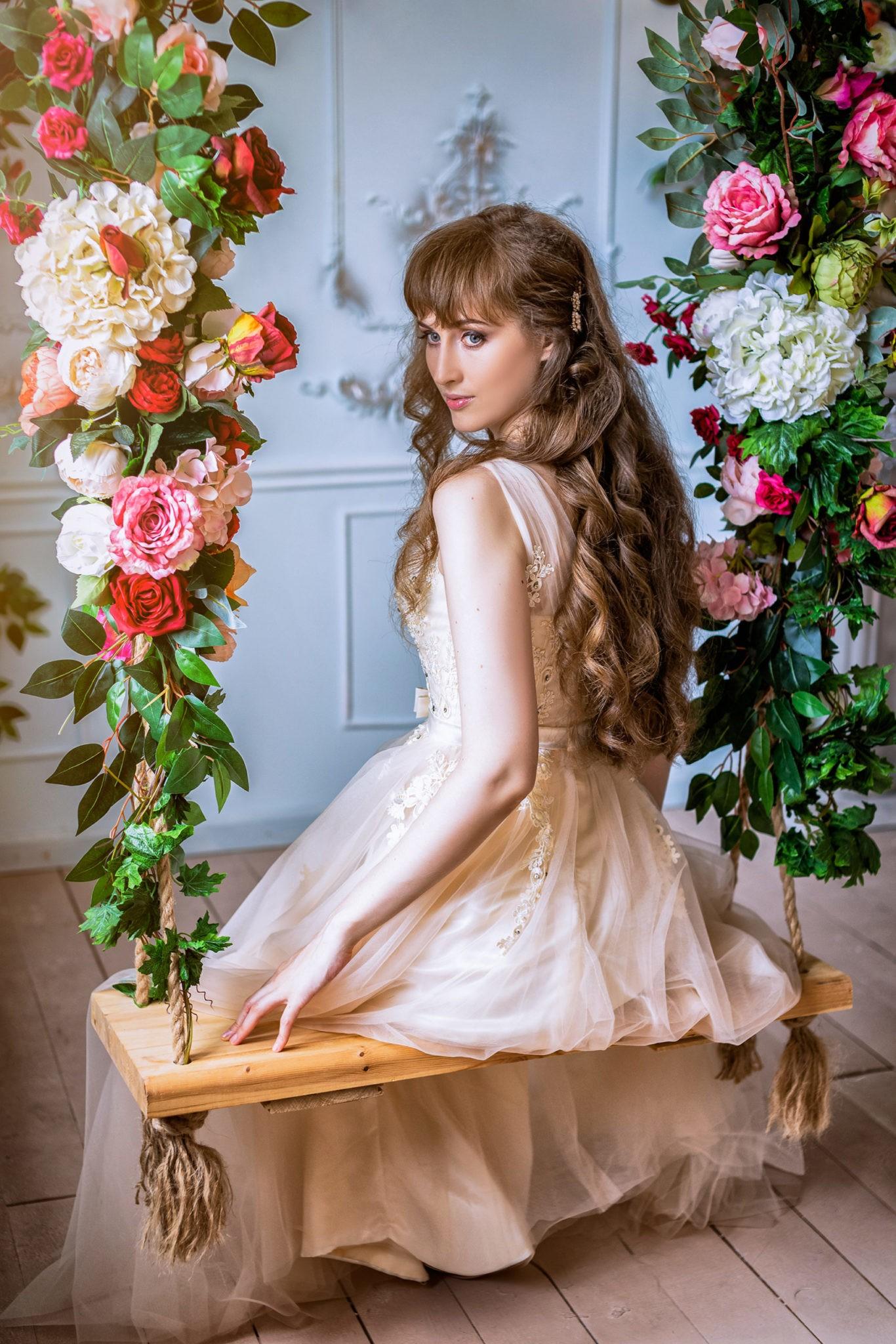 Художественная свадебная фотосъемка от свадебного фотографа в интерьерной студии Краснодара: Невеста в ожидании жениха из серии сборы невесты, утро невесты.