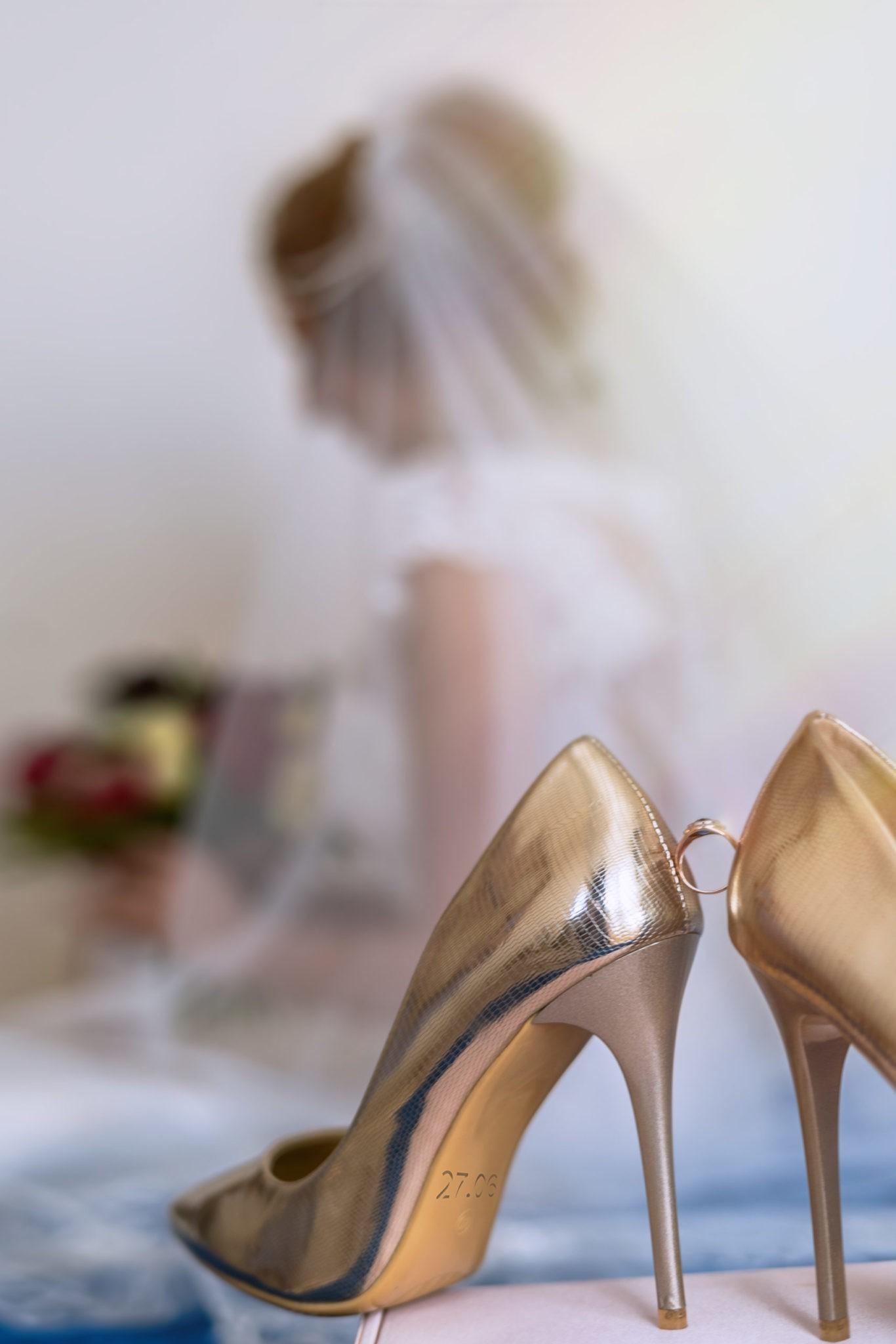 Свадебная фотосъемка в Краснодаре от свадебного фотографа: утро невесты, кольцо, туфли, свадебные детали