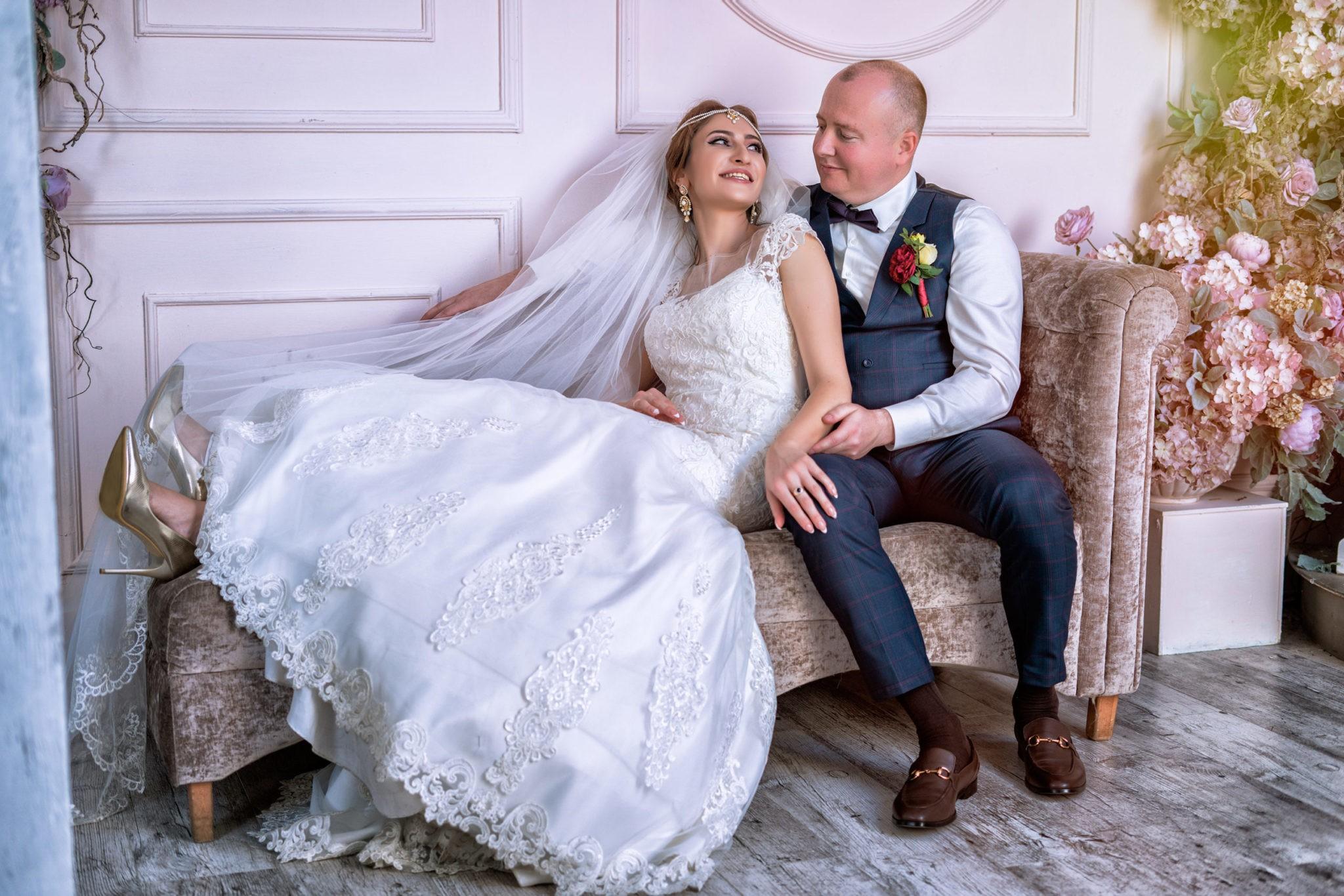 Свадебная фотосъемка от свадебного фотографа в интерьерной студии Мансарда г. Краснодар: жених и невеста