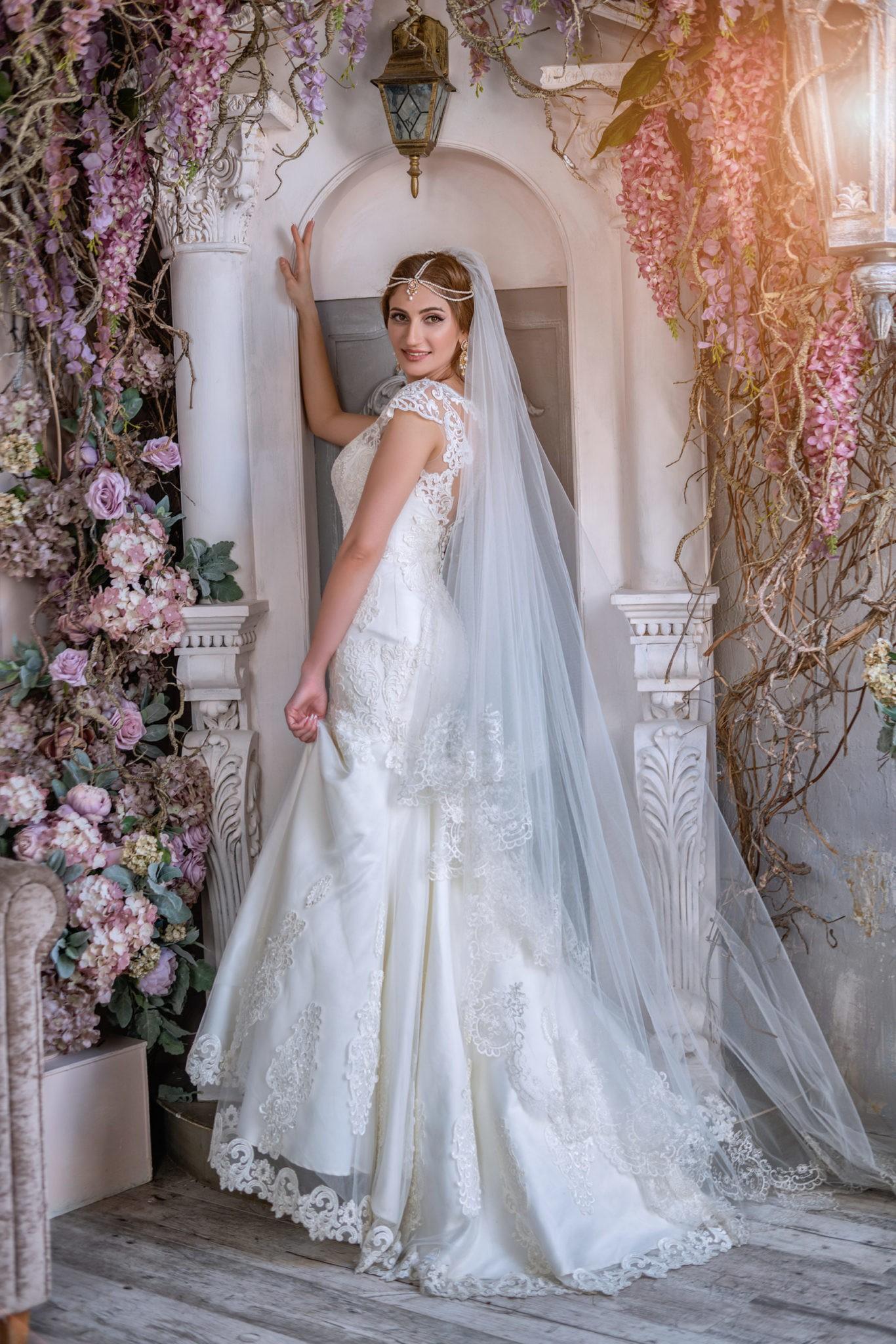 Свадебная фотосъемка от свадебного фотографа в интерьерной студии Мансарда г. Краснодар: невеста ростовой художественный  портрет