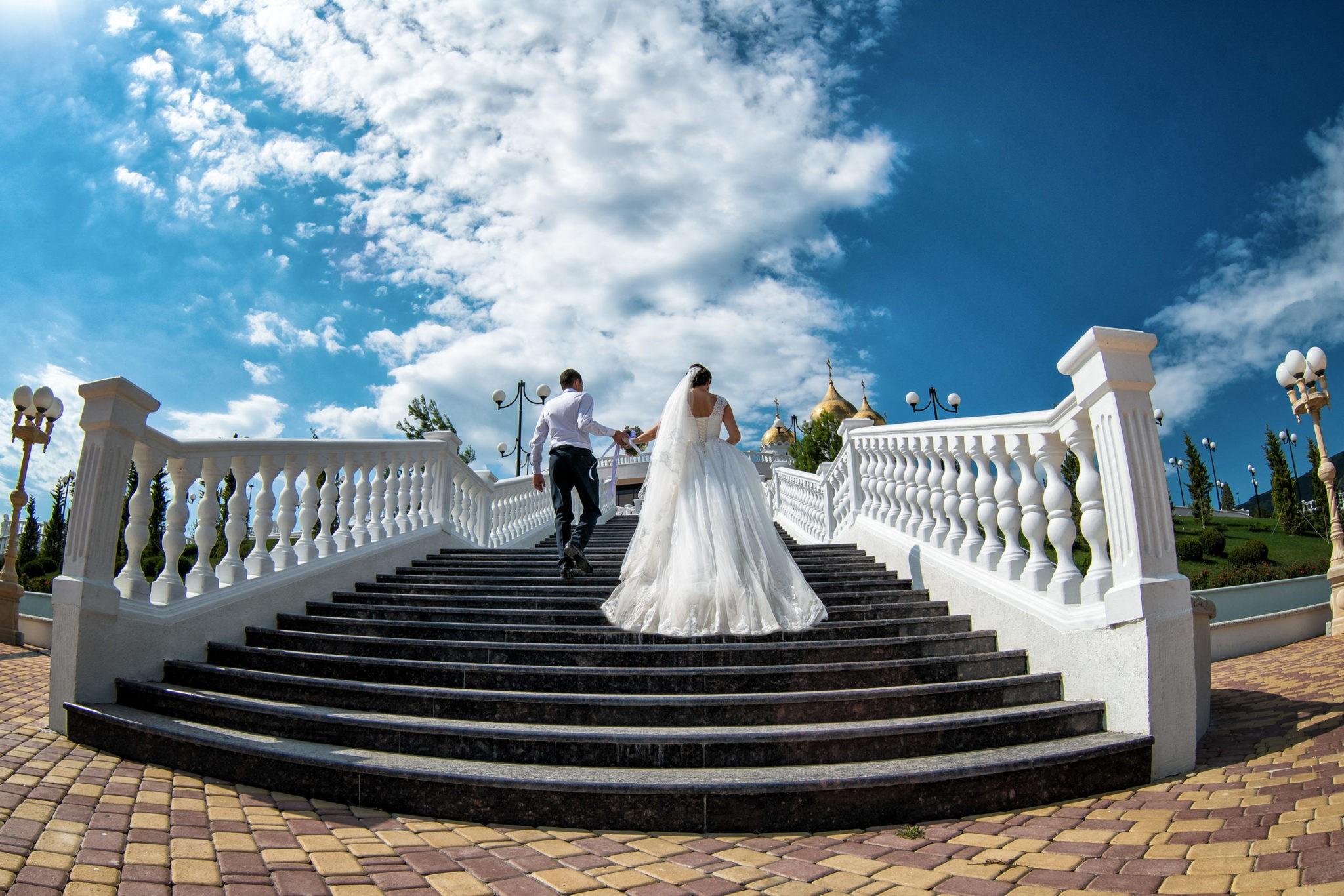 Свадебная фотосъемка от Краснодарского свадебного фотографа, прогулка невесты и жениха, путь к храму