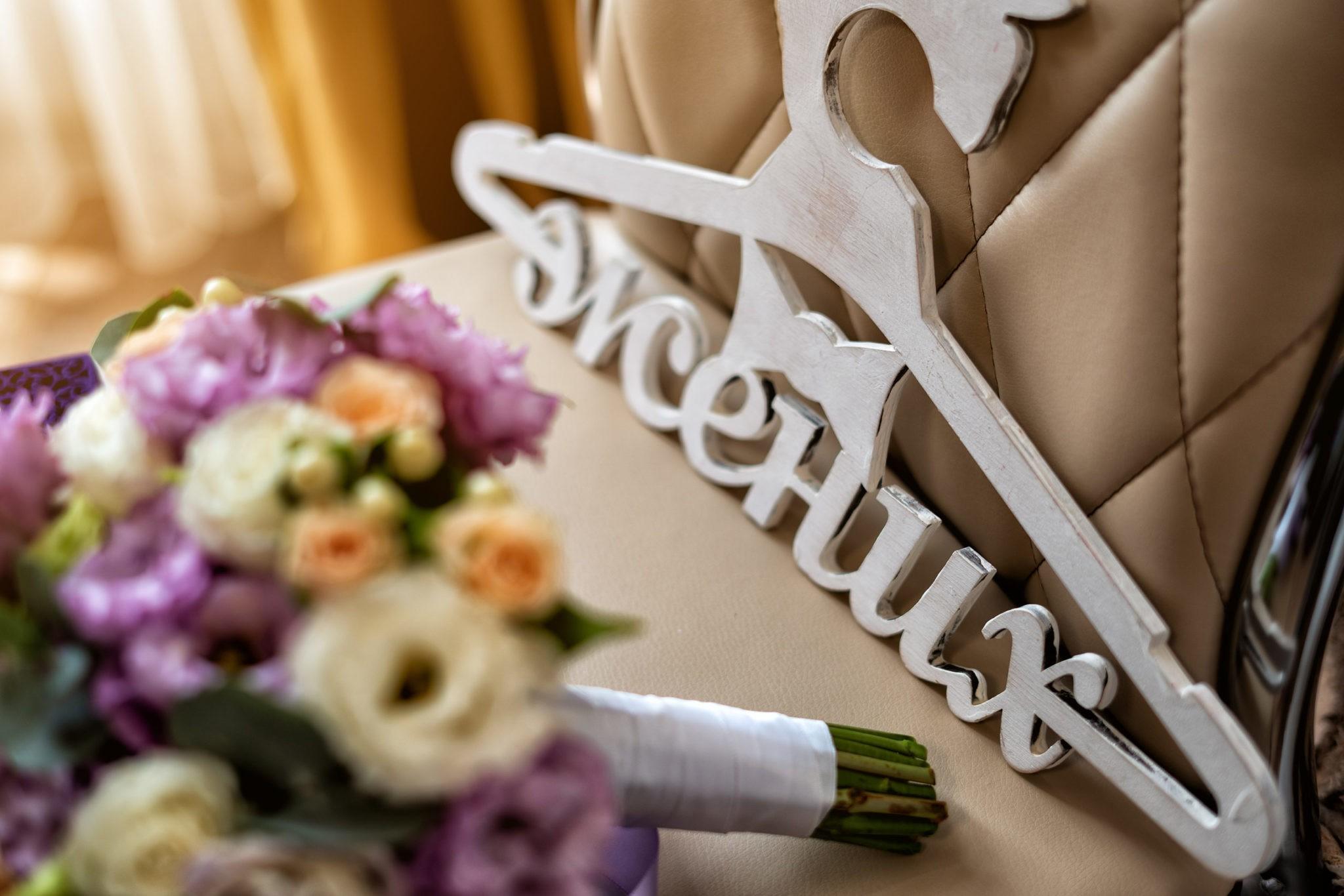 Сборы жениха, утро жениха от Краснодарского свадебного фотографа: детали и букет невесты крупным планом