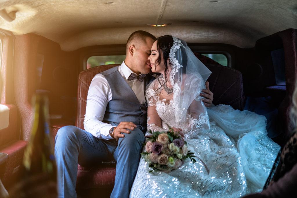 Свадебная съемка в Анапе от Краснодарского свадебного фотографа: молодожены в лимузине