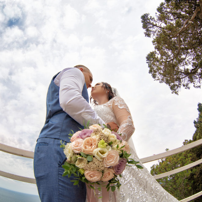 Свадебная съемка в Анапе от Краснодарского свадебного фотографа: съемка молодоженов на смотровой площадке у моря