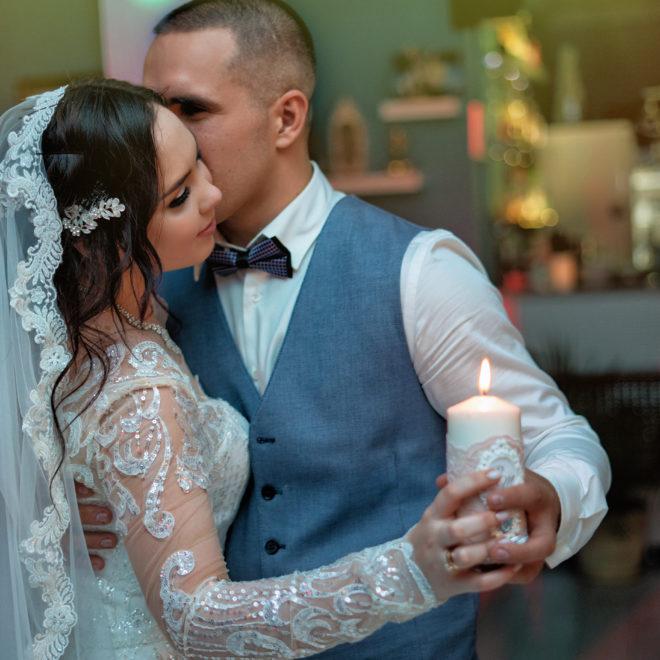 Свадебная съемка в Анапе от Краснодарского свадебного фотографа: свадебный очаг в кафе Парус