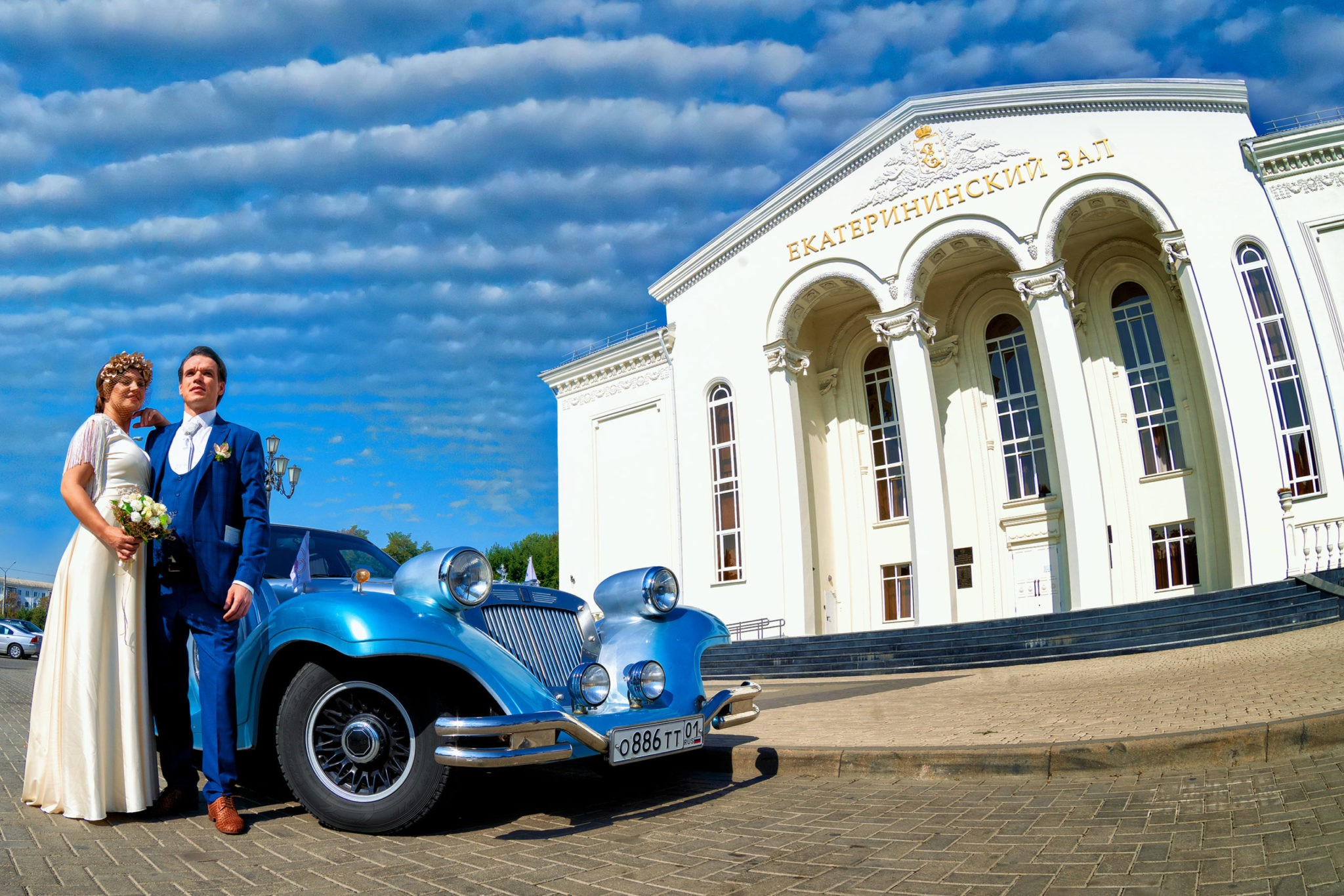 Екатриниский зал, съемка перед ЗАГСом. Свадебная съемка на fish eye от Краснодарского свадебного фотографа молодые с ретро авто