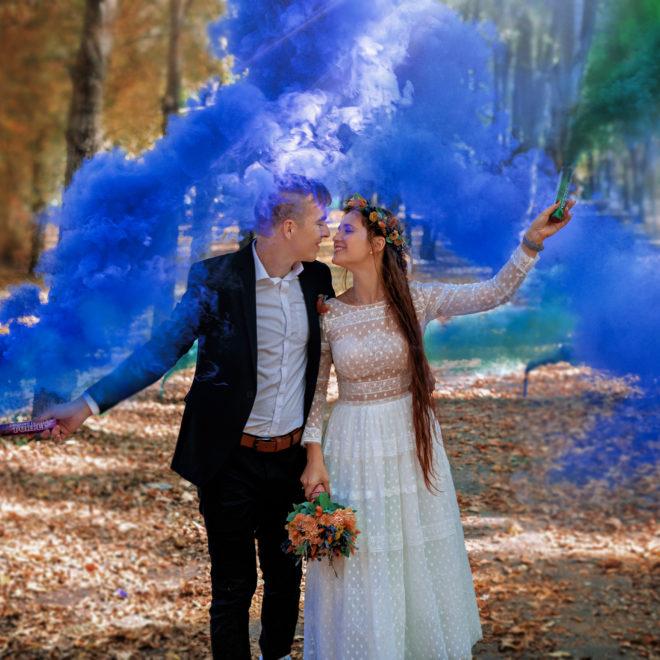 Счастливые молодожены, яркий, цветной дым. Осеняя свадебная фотосъемка в Краснодаре. Свадебная фотосъемка от краснодарского свадебного фотографа