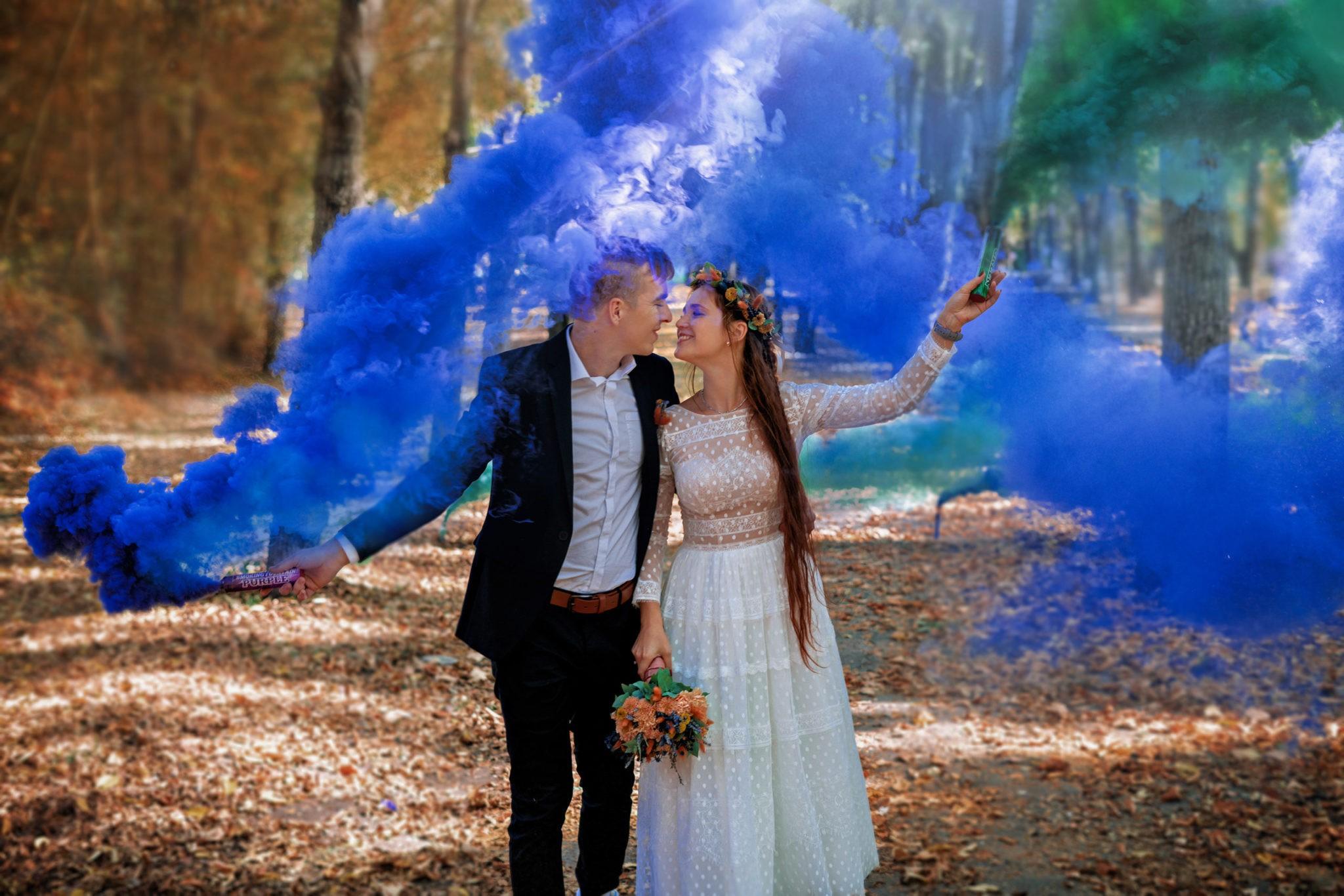 Счастливые молодожены, яркий, цветной дым