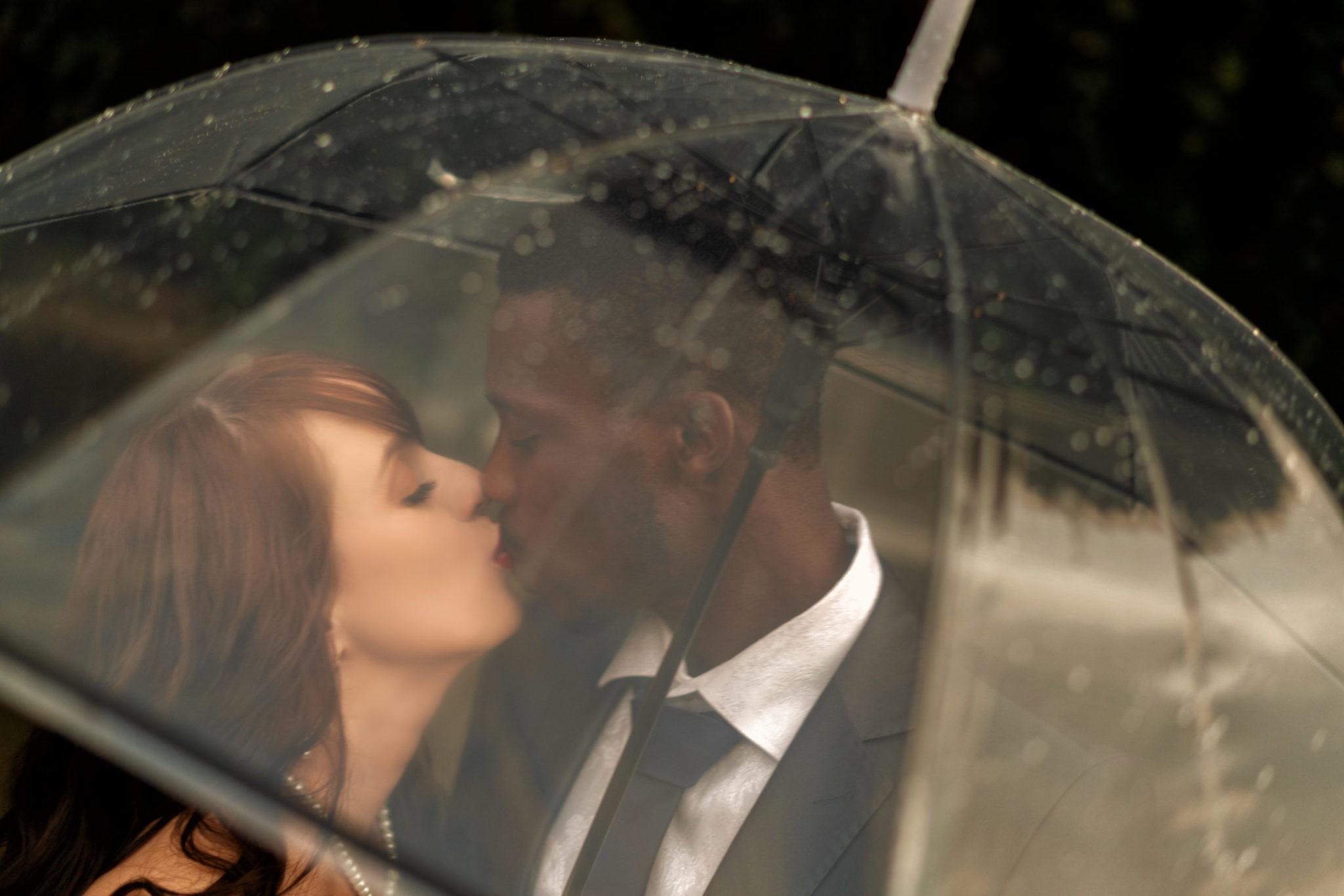Дождь и ветер не помеха для любви