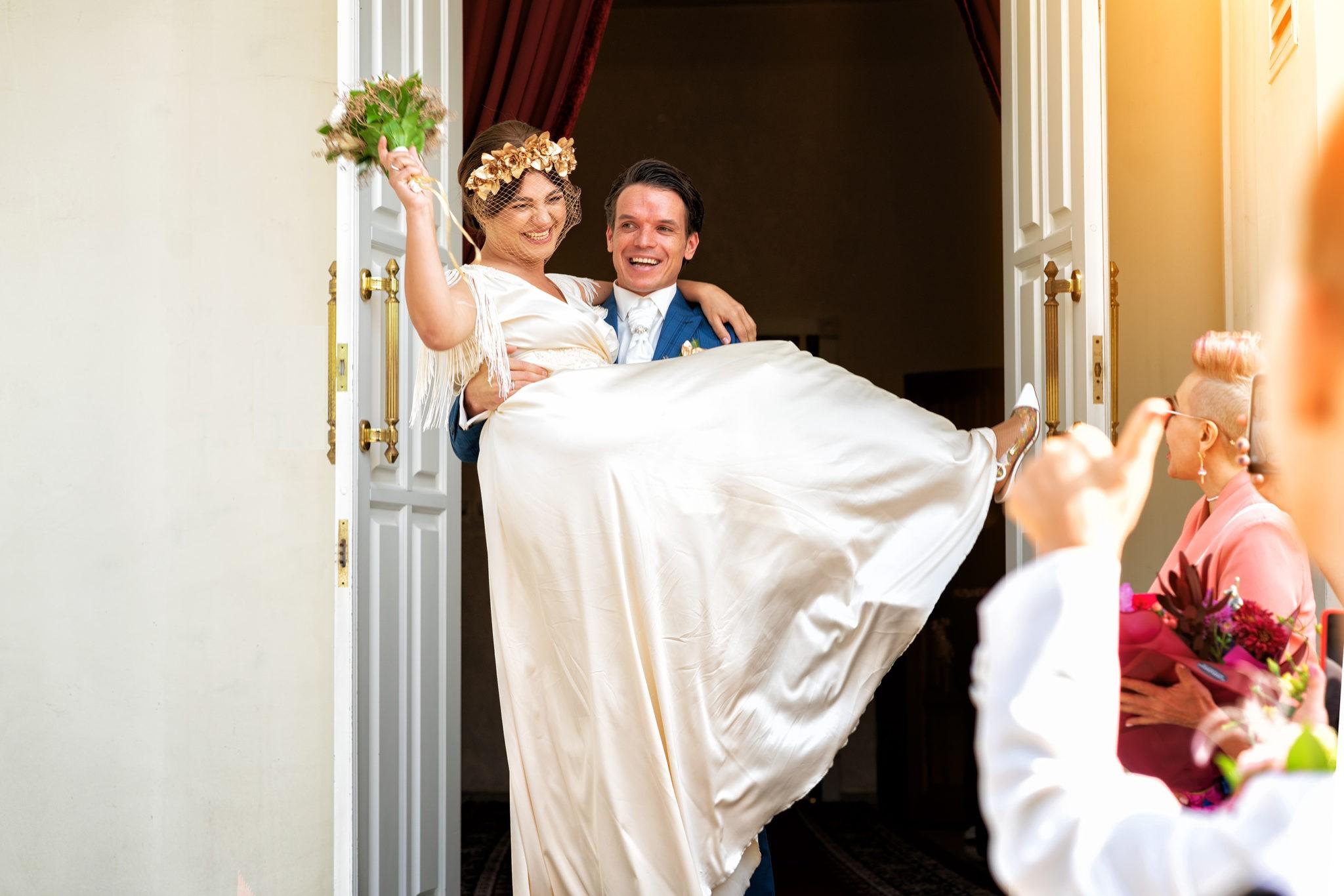 Cвадебная фотосъемка в ЗАГСе Екатерининский Зал Краснодар от свадебного фотографа: парадный выход из ЗАГСа