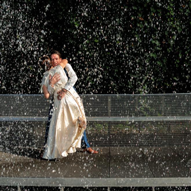 Парк Галицкого, г Краснодар, прогулка молодых под водопадом от Краснодарского свадебного фотографа