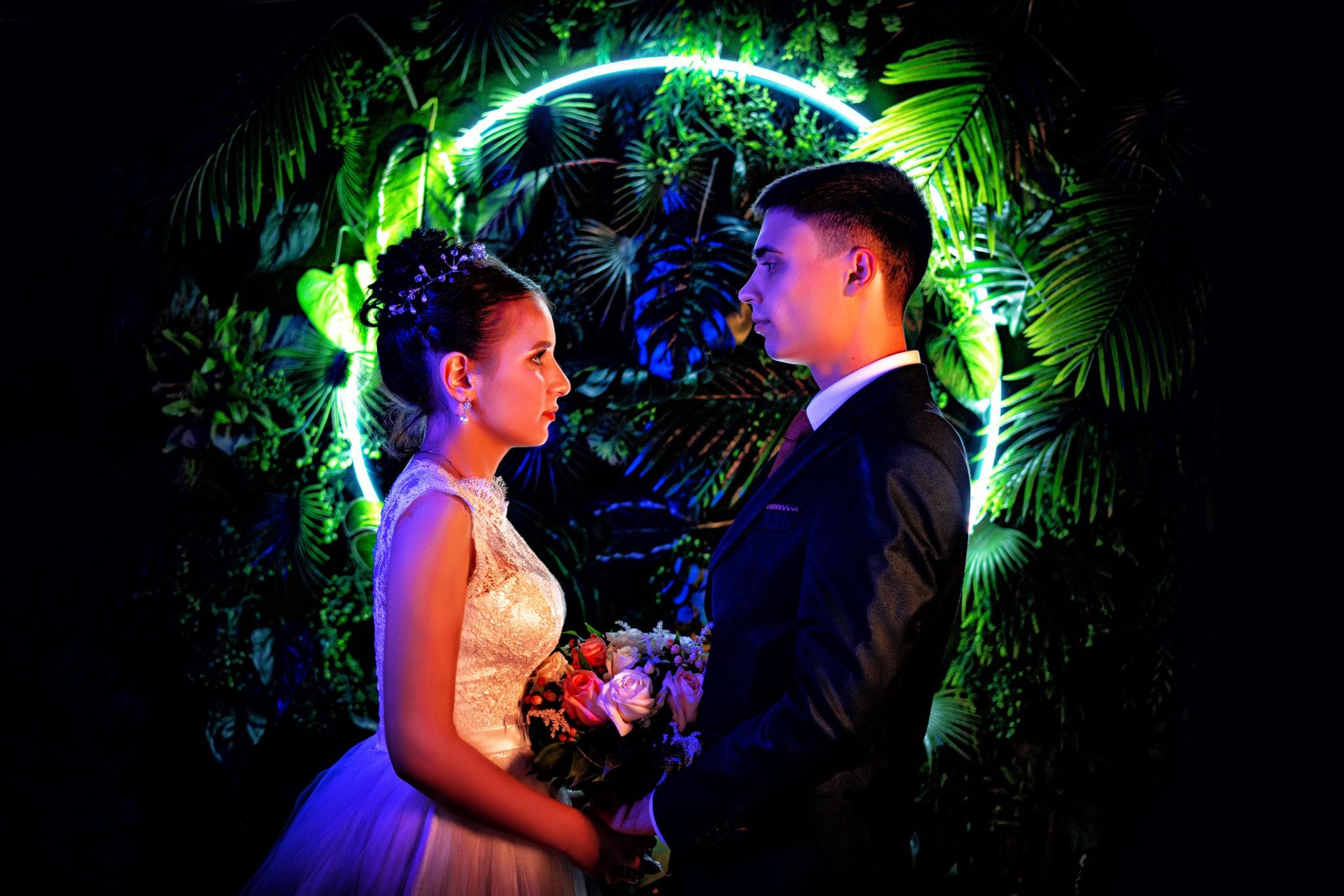 Свадебная съемка от Краснодарского свадебного фотографа в атмосферной, неоновой студии 69volt Краснодар