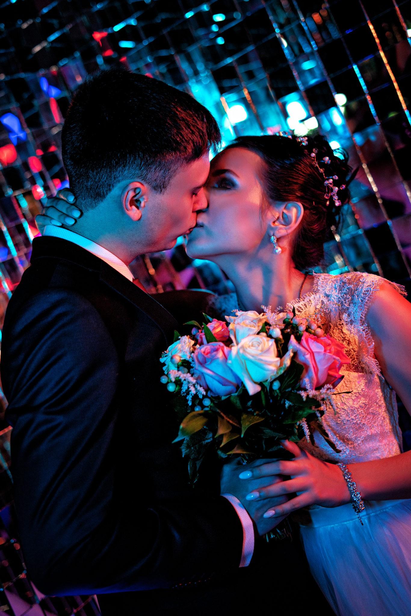 Свадебная съемка от Краснодарского свадебного фотографа в атмосферной, неоновой студии 69volt Краснодара: поцелуй крупным планом
