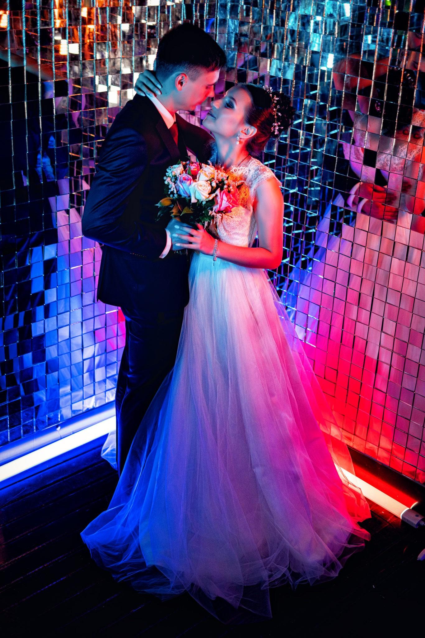 Свадебная съемка от Краснодарского свадебного фотографа в атмосферной, неоновой студии 69volt Краснодара: поцелуй в зеркалах
