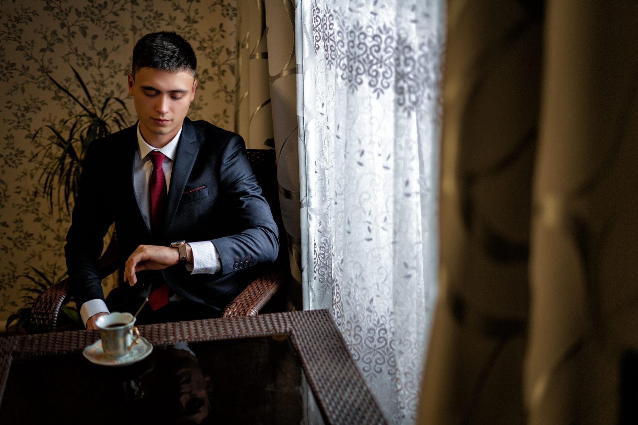Сборы жениха свадебная фотосъемка от Краснодарского свадебного фотографа