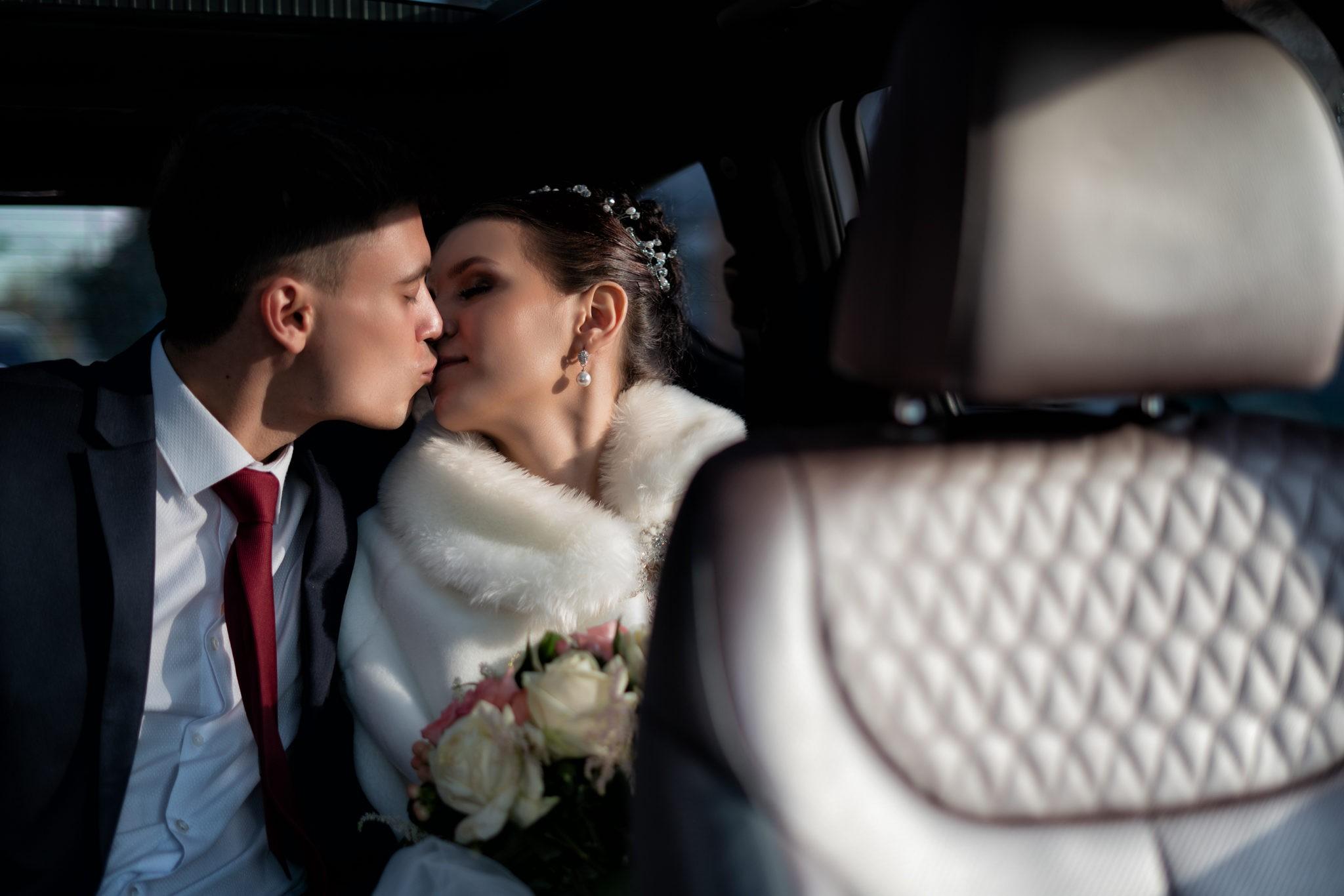 Свадебная фотосъемка от краснодарского свадебного фотографа в машине жениха и невесты после ЗАГСа