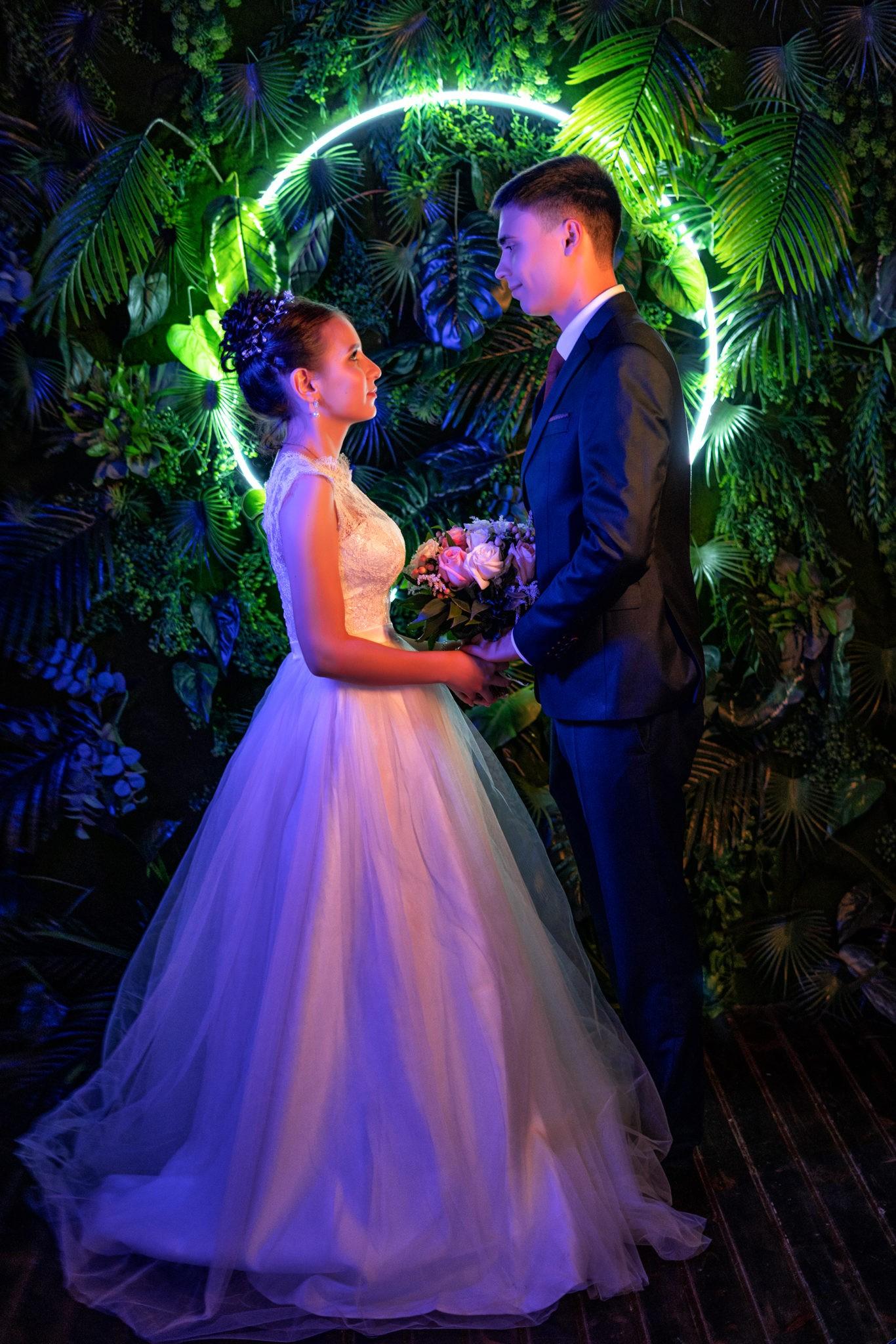 Свадебная съемка от Краснодарского свадебного фотографа в атмосферной, неоновой студии Краснодара