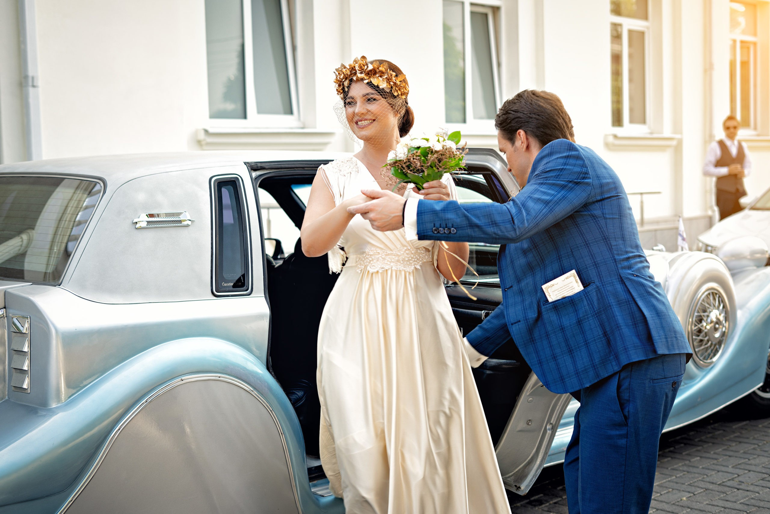 Счастливая невеста у Екатерининского зала. Ретро автомобиль Rolls-Royce Phantom