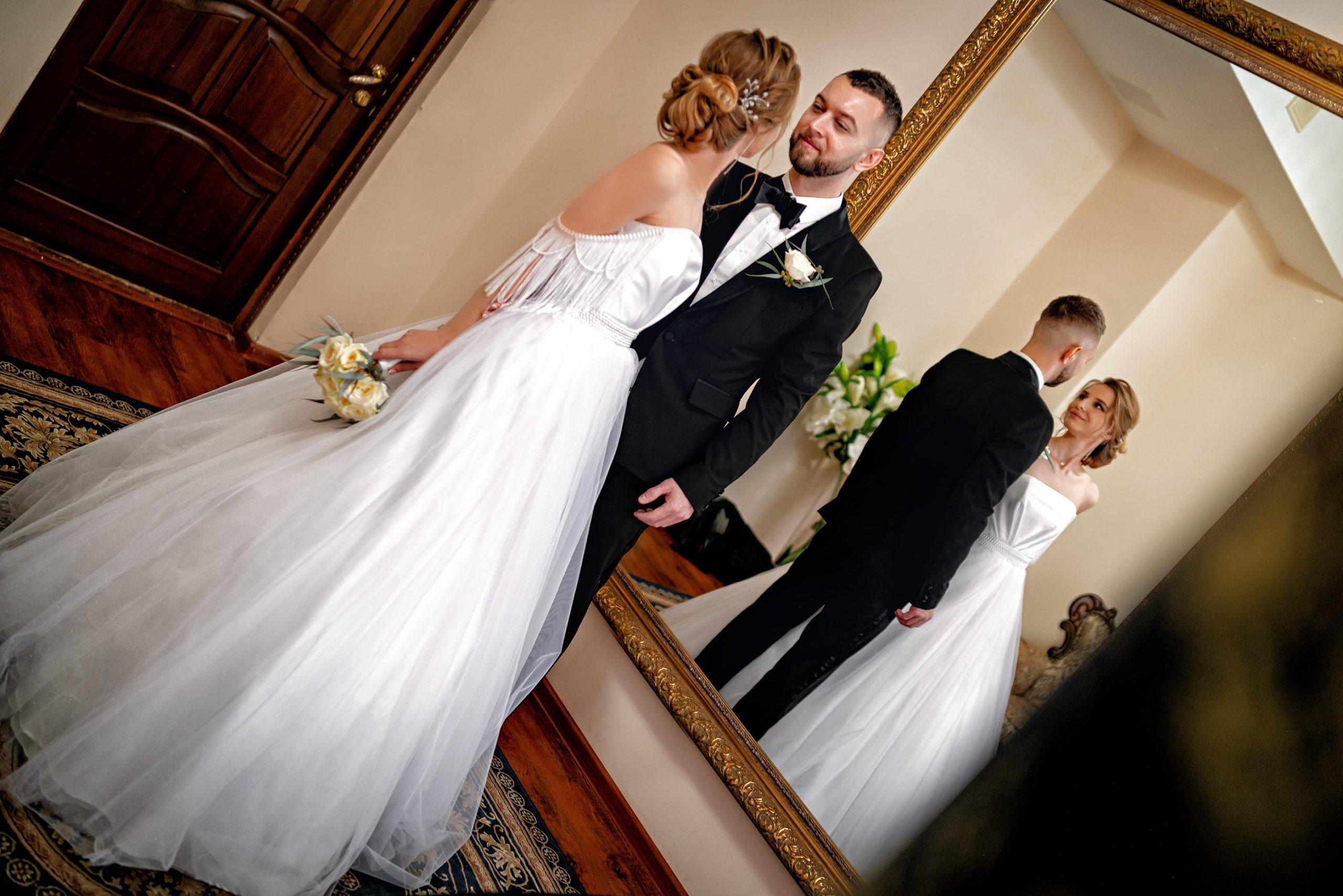 Cвадебная фотосъемка в ЗАГСе Екатерининский Зал Краснодар от Краснодарского свадебного фотографа. Молодожены в комнате жениха и невесты