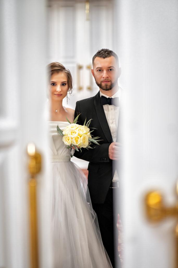 Cвадебная фотосъемка в ЗАГСе Екатерининский Зал Краснодар от Краснодарского свадебного фотографа. Молодожены у входа в большой зал