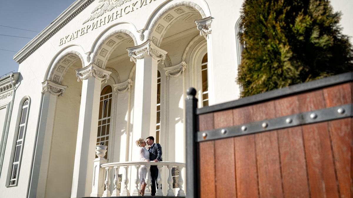 Cвадебная фотосъемка в ЗАГСе Екатерининский Зал Краснодар от свадебного фотографа. Главный вход.