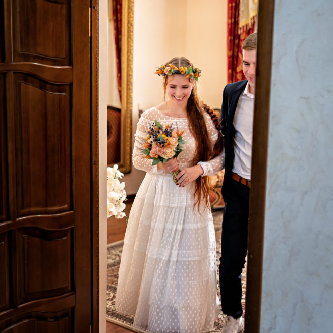 Счастливые молодожены в ЗАГСе. Свадебная фотосъемка от Краснодарского свадебного фотографа в ЗАГСе Екатерининский зал, выход из комнаты жениха и невесты. Краснодарский свадебный фотограф предлагает художественную свадебную фото и видеосъемку в Краснодаре и Краснодарском крае.