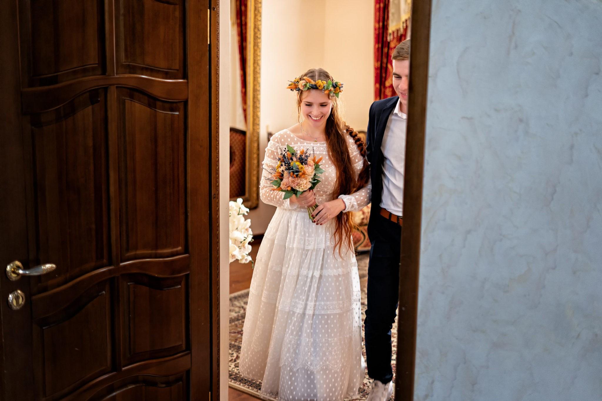 Счастливые молодожены в ЗАГСе ЗАГСе Екатерининский зал. Свадебная фотосъемка от Краснодарского свадебного фотографа в ЗАГСе Екатерининский зал, выход из комнаты жениха и невесты. Краснодарский свадебный фотограф предлагает художественную свадебную фото и видеосъемку в Краснодаре и Краснодарском крае.