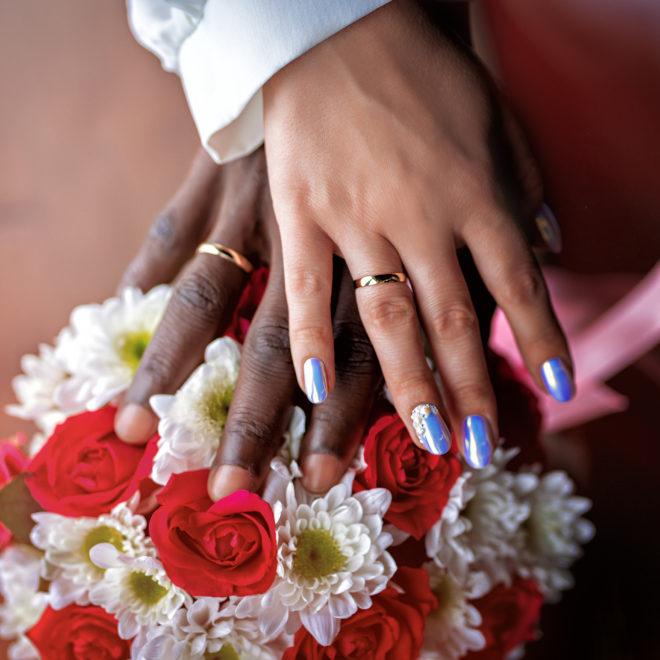 Совместные сборы жениха и невесты. Свадебные детали крупным планом.