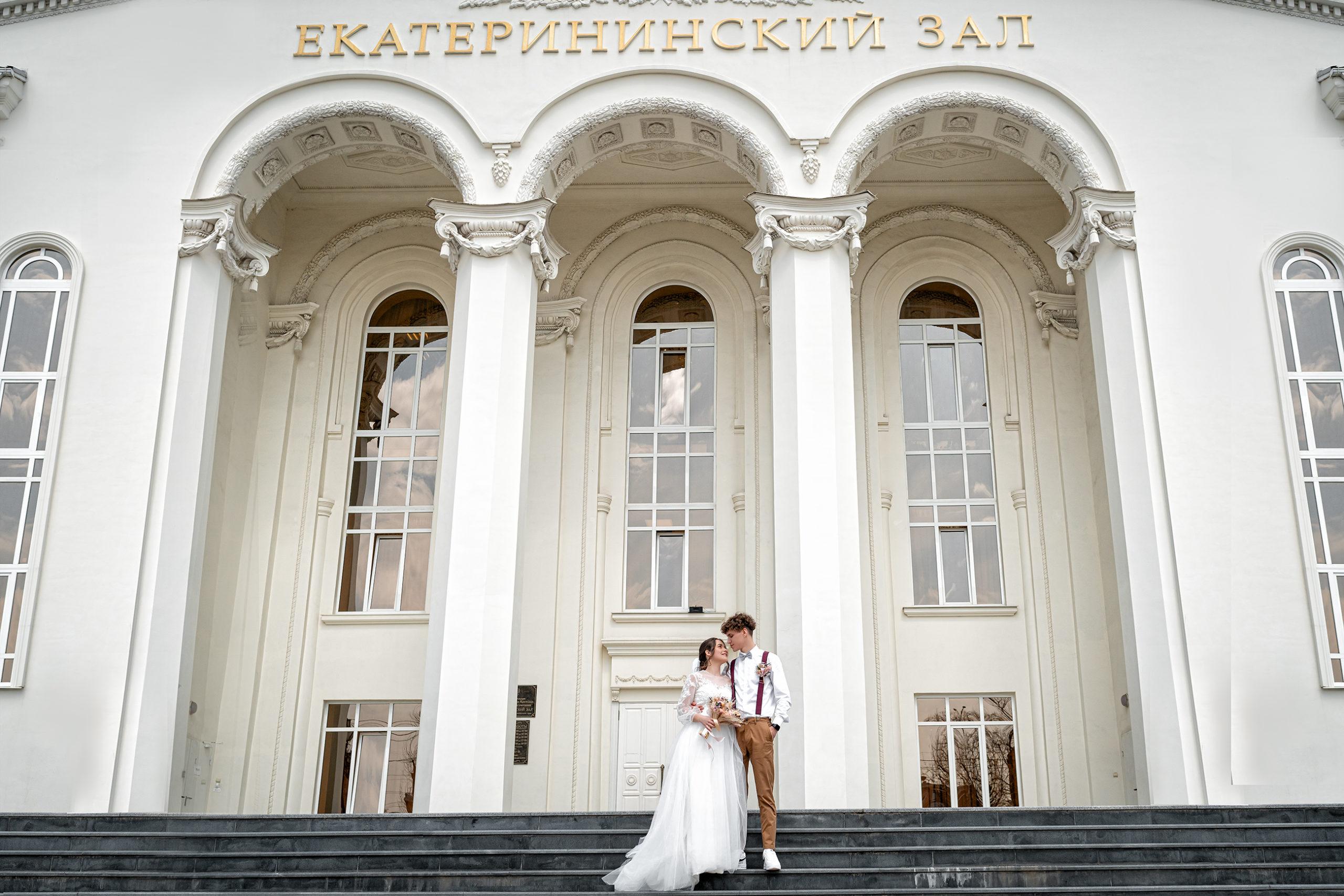Cвадебная фотосъемка в ЗАГСе Екатерининский Зал Краснодар от свадебного фотографа. Главный вход в ЗАГС Екатерининский Зал