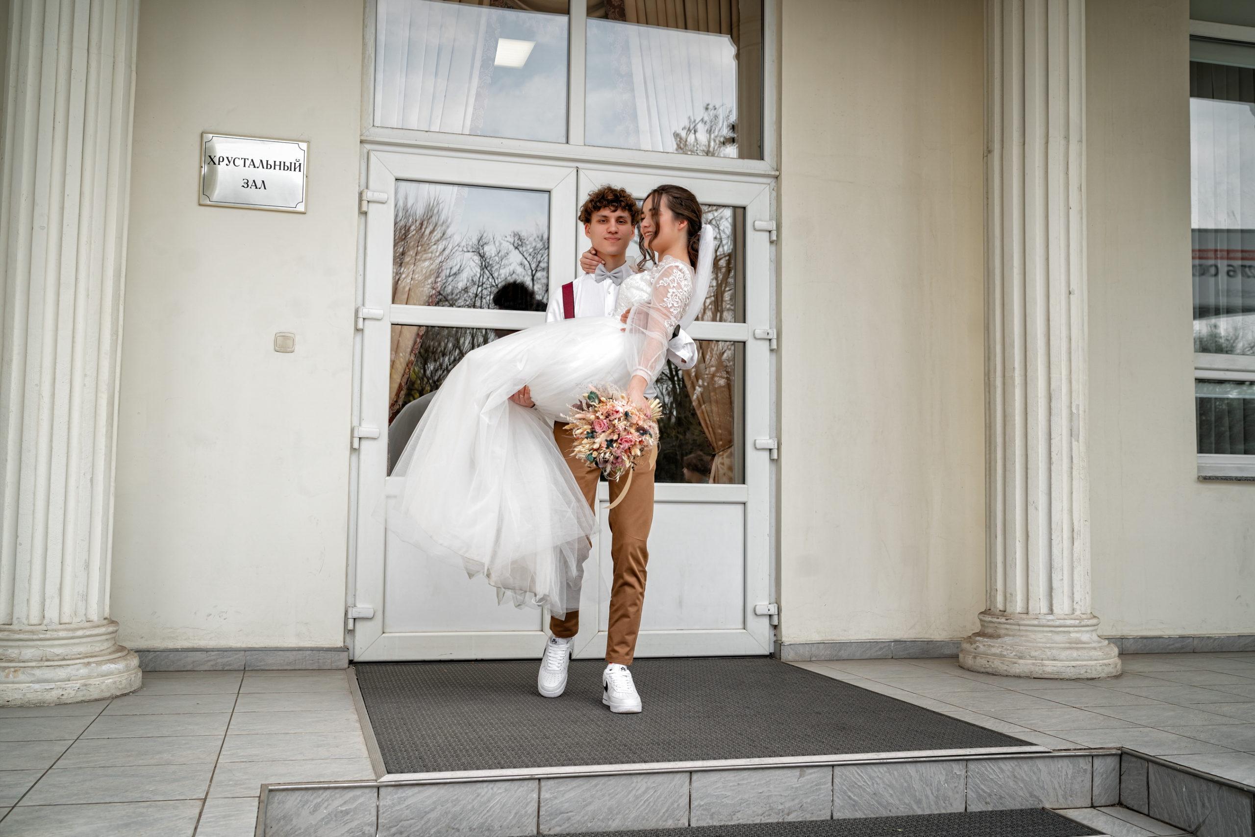 Выход - Малый Хрустальный зал Екатерининского загса свадебные фото